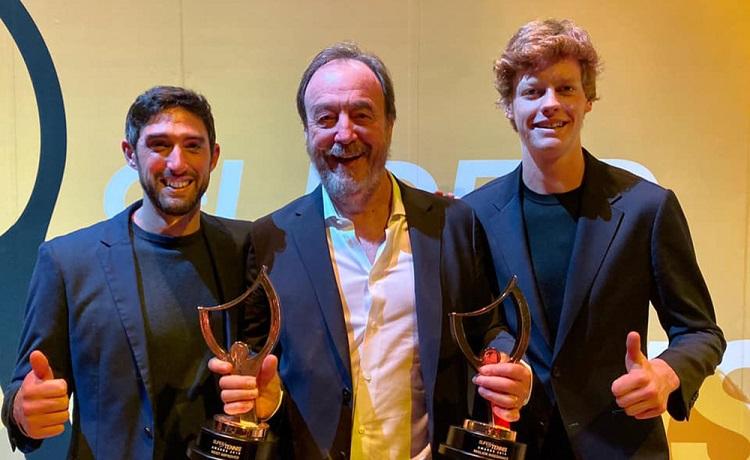 Andrea Volpini (sinistra) e Jannik Sinner, nella foto con coach Riccardo Piatti, premiati dalla Federtennis ai Supertennis Awards, come miglior insegnante e giocatore migliorato di più nel 2019