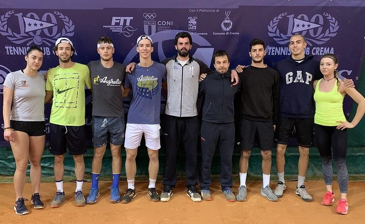 I ragazzi del settore full time del Tennis Club Crema con i due tecnici Giuseppe Menga e Massimo Ocera