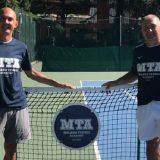 Piercarlo Guglielmi e Ugo Pigato posano con le nuove t-shirt griffate Mizuno e MTA