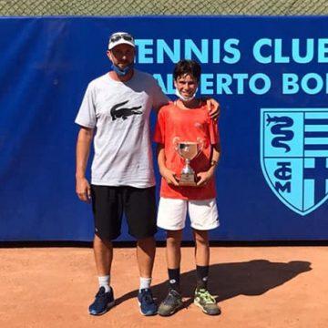 Noah Canonico (in foto con coach Francesco De Laurentiis) premiato per la finale alla Coppa Lambertenghi Under 12 del Tc Milano