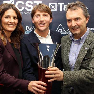Gli organizzatori del Memorial Carlo Agazzi posano col trofeo. Da sinistra: Margherita Mussio, Andrea Agazzi e Paolo Fedele (foto Felice Calabrò)