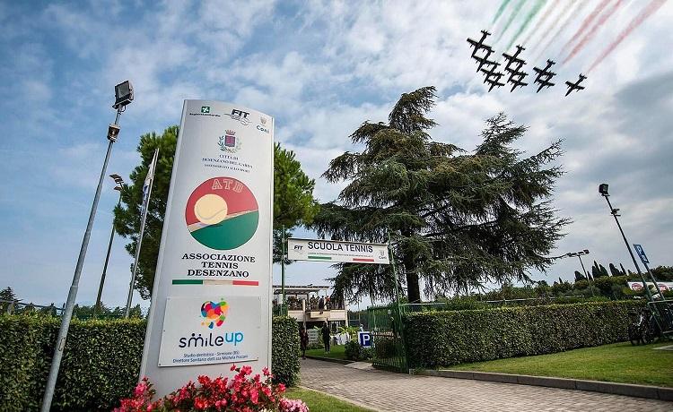Un suggestivo scatto dell'ingresso dell'Associazione Tennis Desenzano, fotografato in occasione del passaggio in città delle Frecce Tricolori