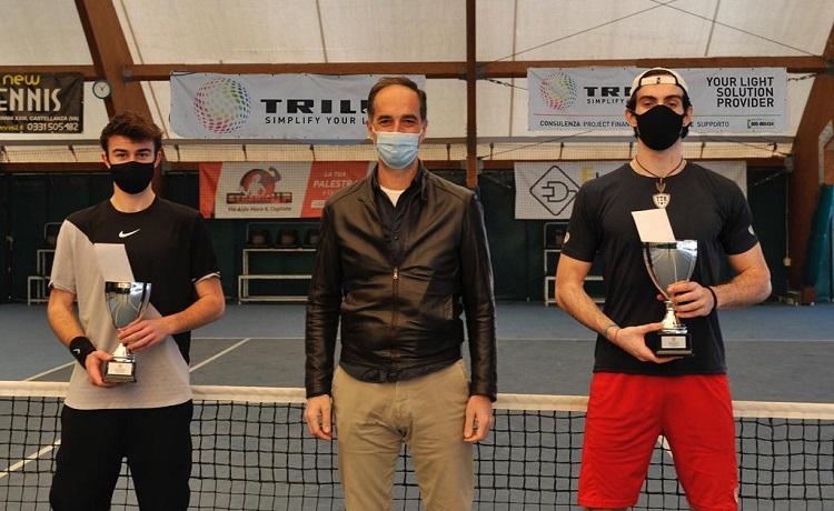 Da sinistra: il finalista Tommaso Vola, Andrea Martini, Managing Director di Trilux Italia, e il vincitore Davide Baccalà (foto Maurizio Proietti)
